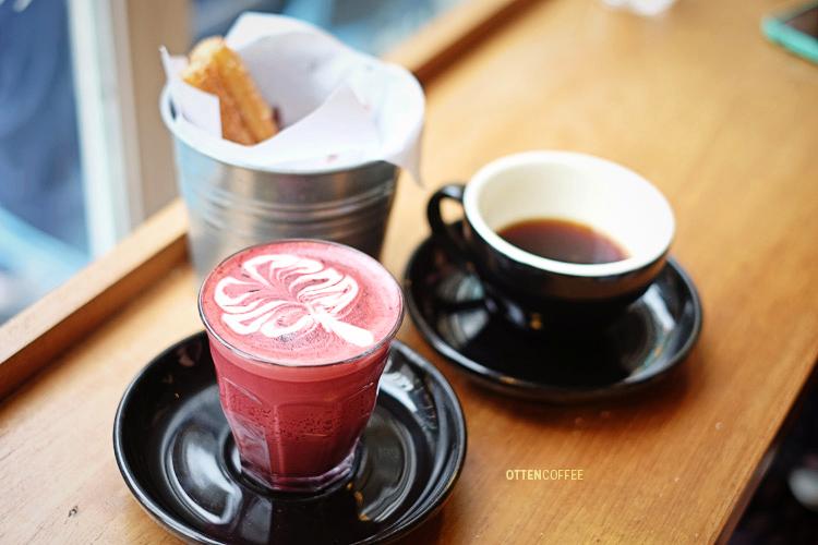 Red velvet plus camilan churros adalah pilihan bagi mereka yang tak terlalu suka kopi