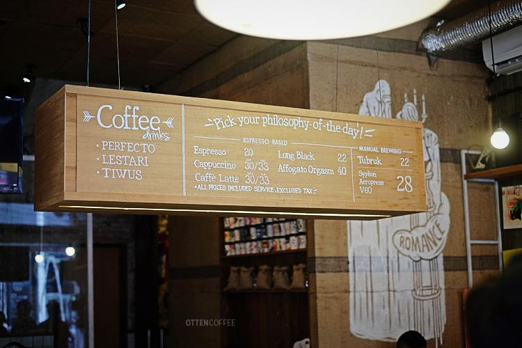 Papan menu di kedai filosofi kopi