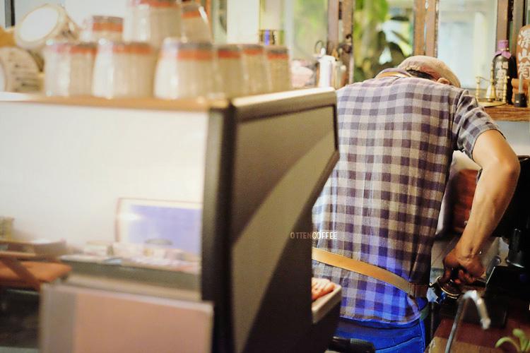 Barista Bima sedang meracik kopi pesanan kopi dengan sepenuh hati.