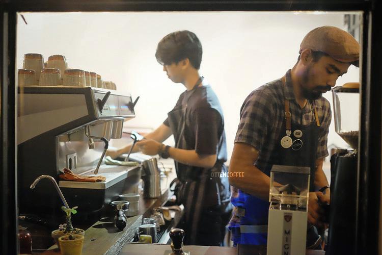 Dua Barista yang sedang meracik kopi pesanan kamidengan sepenuh hati. :D
