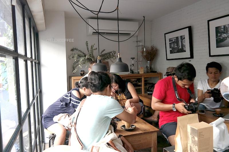 Interior Graph Cafe. Ruangan ini hanya mampu menampung tujuh orang