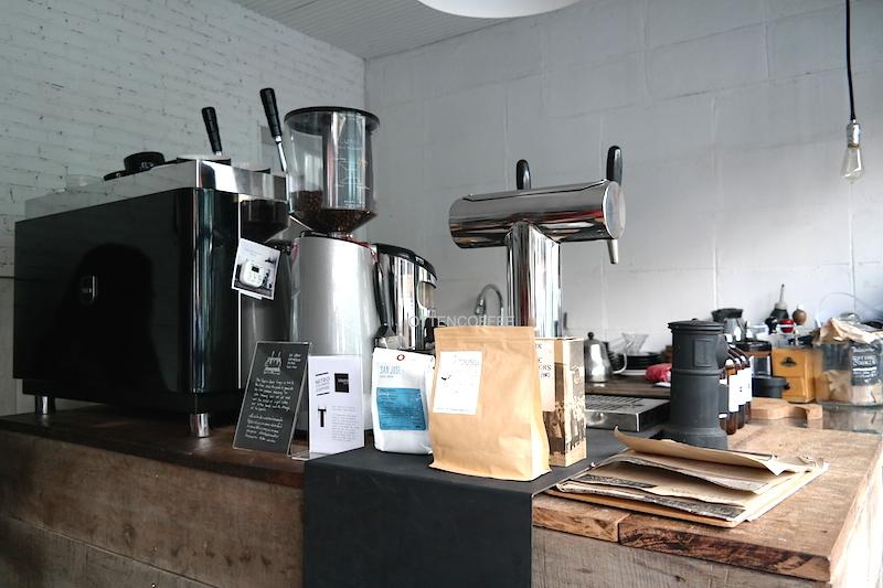 Alat-alat kopi di balik coffee barnya Graph Cafe