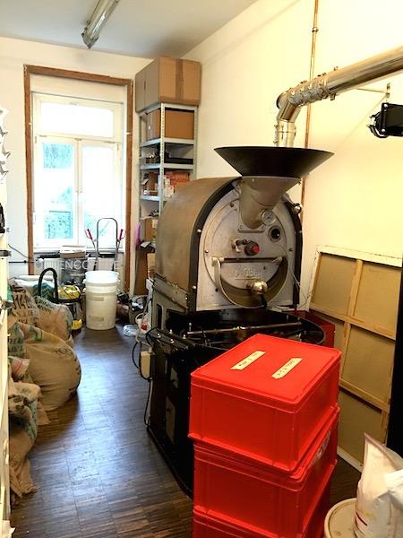 Roaster machine berdiri gagah di ruang roasting.