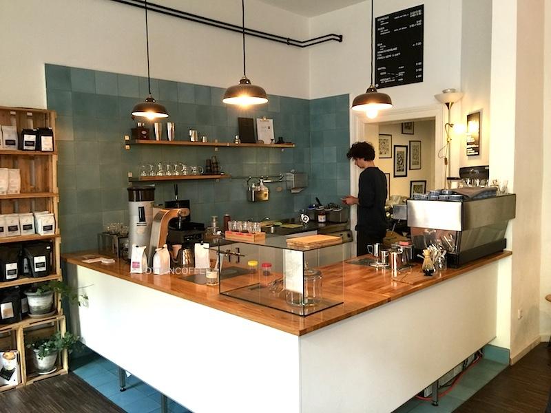 Penampakan coffee bar kedai kopi ini.
