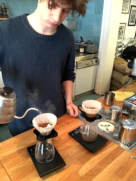 Sang barista menyeduh kopi dengan V60.