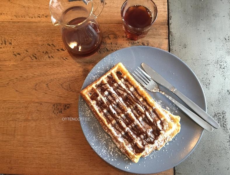 Waffle dan kopi pasangan serasi untuk memulai hari.
