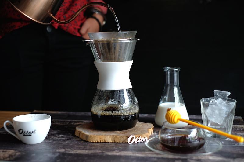 Minuman kopi dingin yang segar untuk penikmat kopi.