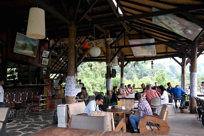 Interior Taruko Cafe yang terbuka memungkinkan sepoi angin menyapa ramah.