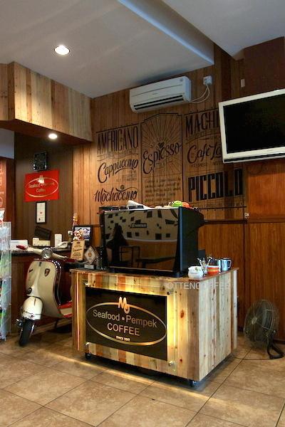 Di sebelah mesin espresso bertengger vespa klasik nan asik.