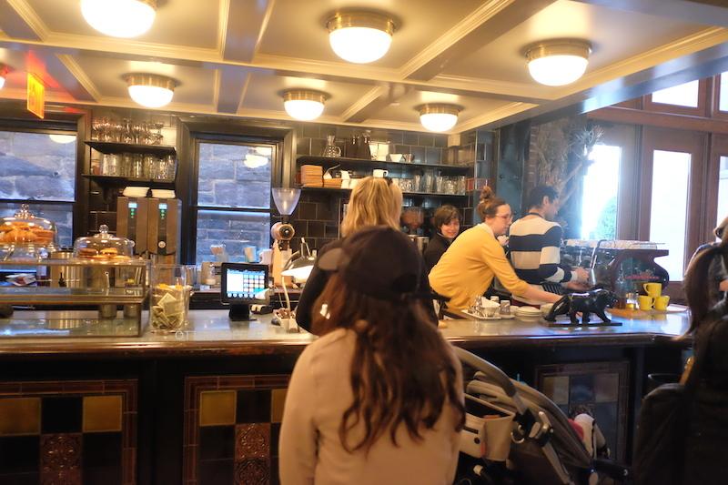 Coffee bar yang penuh dengan antrian.