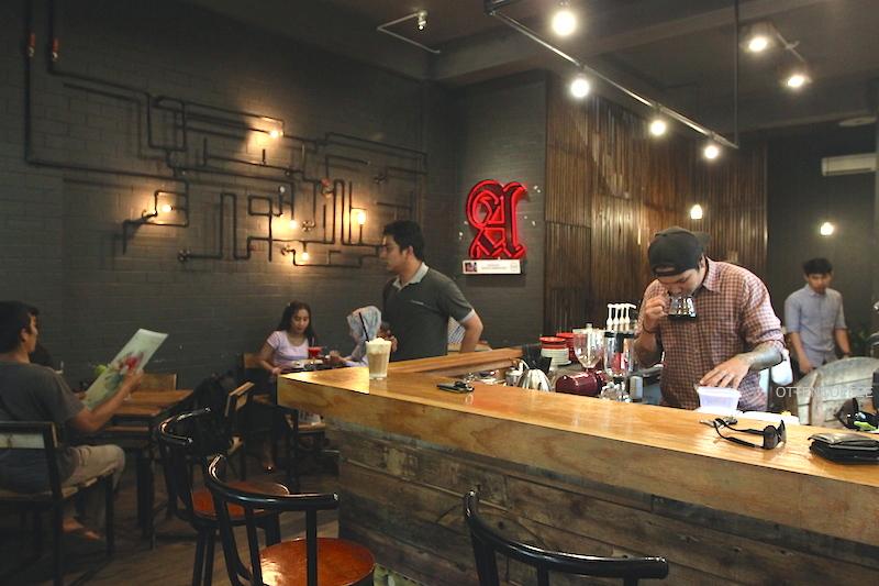 Tema industrial sungguh terasa di seluruh penjuru kedai kopi.