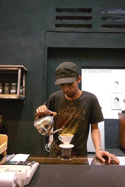 Joseng, sang barista menyeduh kopi Angkola untuk saya.