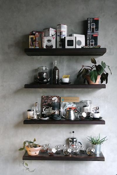 Rak cantik dipenuhi alat-alat kopi.