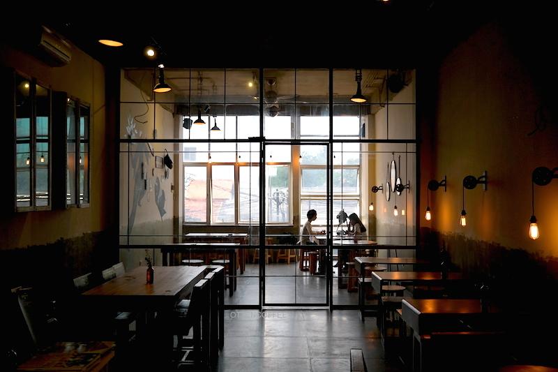 Lantai dua Coffee Smith Jakarta. Tempat asik merayakan ritual minum kopi.