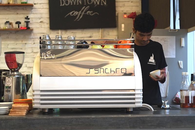 Barista sedang meracik kopi.