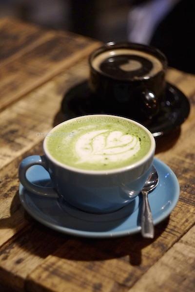Green tea latte siap menghangatkan kebersamaan.