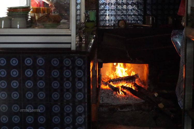 Tungku api tradisional di warung kopi Lavenia, Berastagi.
