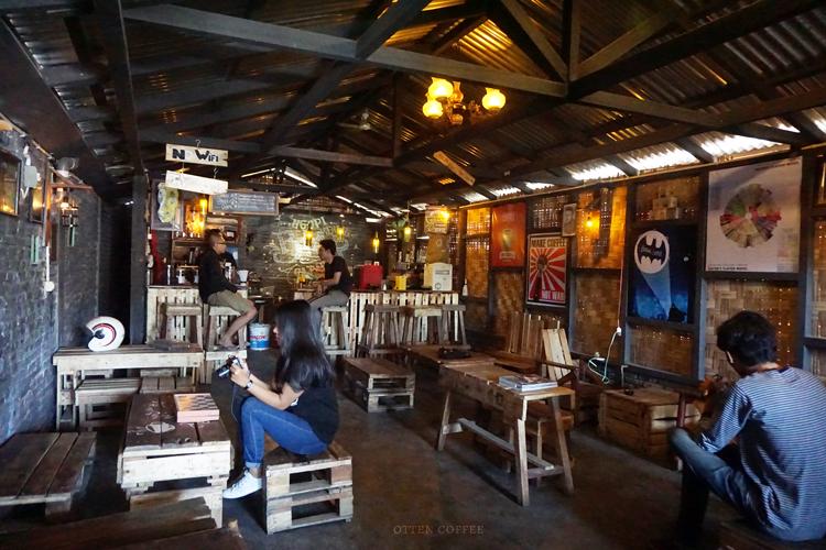 Kedai kopi Biji Hitam yang sebenarnya belum buka ketika kami datang.