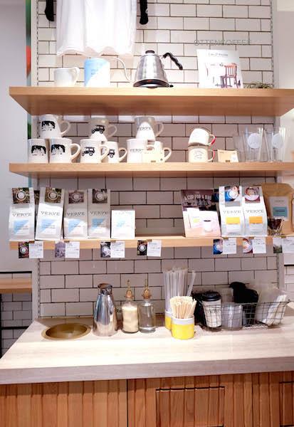 Souvenir dan alat kopi yang bisa kamu jadikan oleh-oleh.