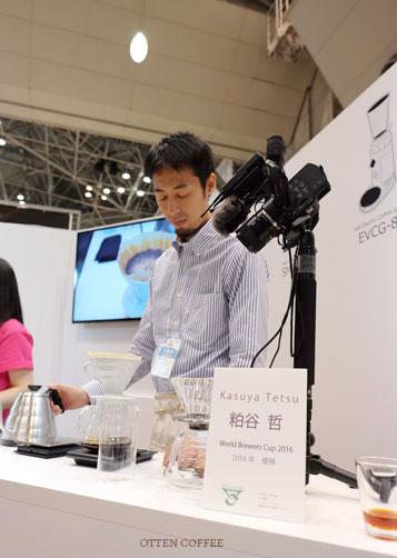 Tetsu Kasuya yang tampak sibuk di booth Hario.