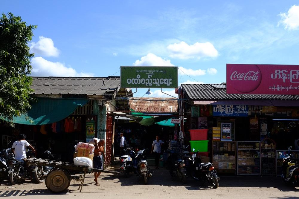 Cafe Friends terletak di depan Pasar Mani Si Thu