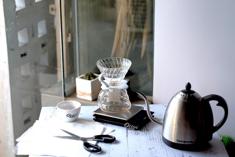 Alat-alat yang dibutuhkan untuk seduh kopi.
