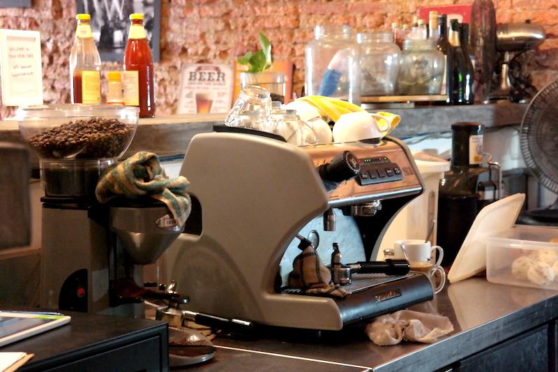 Mesin dan grinder kopi.