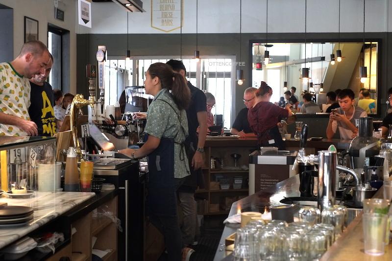 Coffee bar di tengah-tengah kedai kopi.