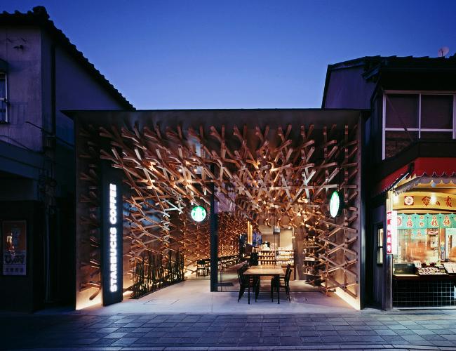 Kedai kopi Starbucks di Fukuoka terlihat standout dari kedai-kedai di sekitarnya. :p