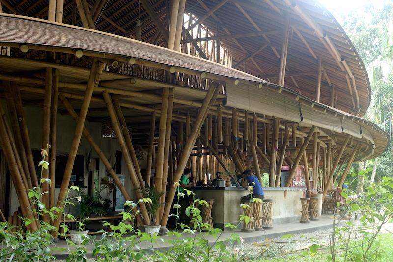 Kapal Bambu Restaurant, oase di tengah hutan.