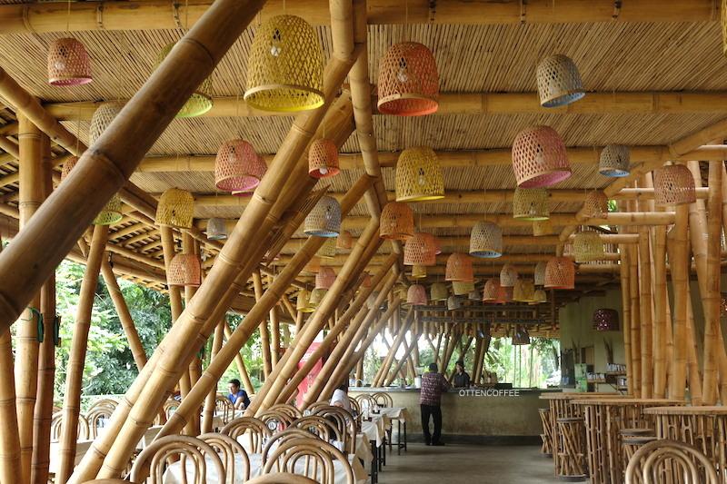 Interior bambu begitu menyenangkan dan asri.