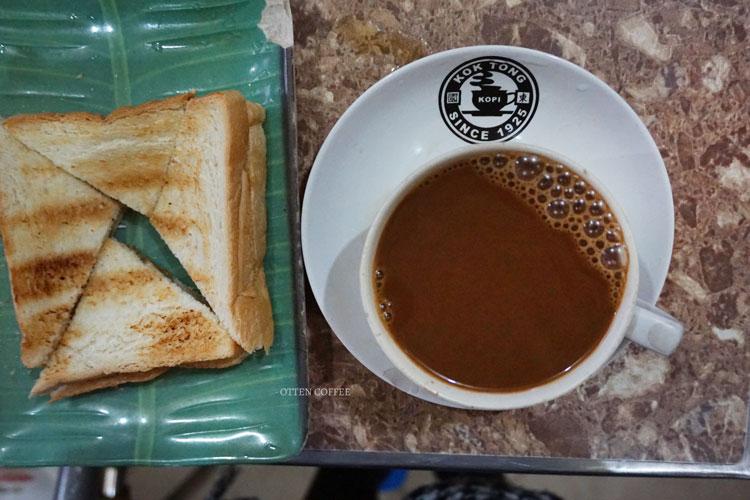 Kopi dan roti, kalau tidak suka bakpau. :D