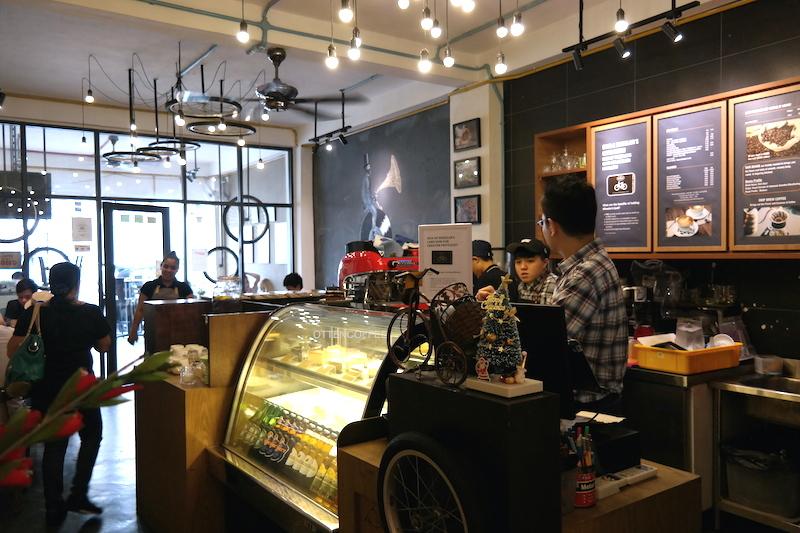 Kedai kopi yang tak pernah sepi.