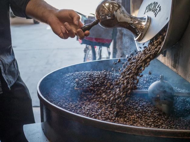 menyangrai-biji-kopi