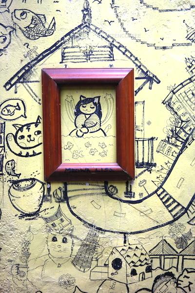Salah satu 'karya seni' di dinding.