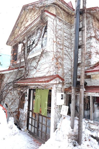 Serupa gedung tua yang disulap jadi kedai kopi