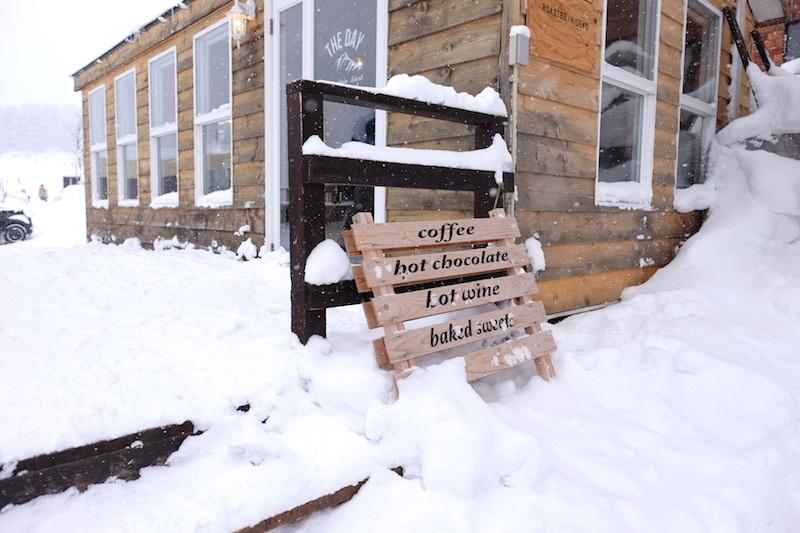 Melewati tumpukan salju demi kopi.