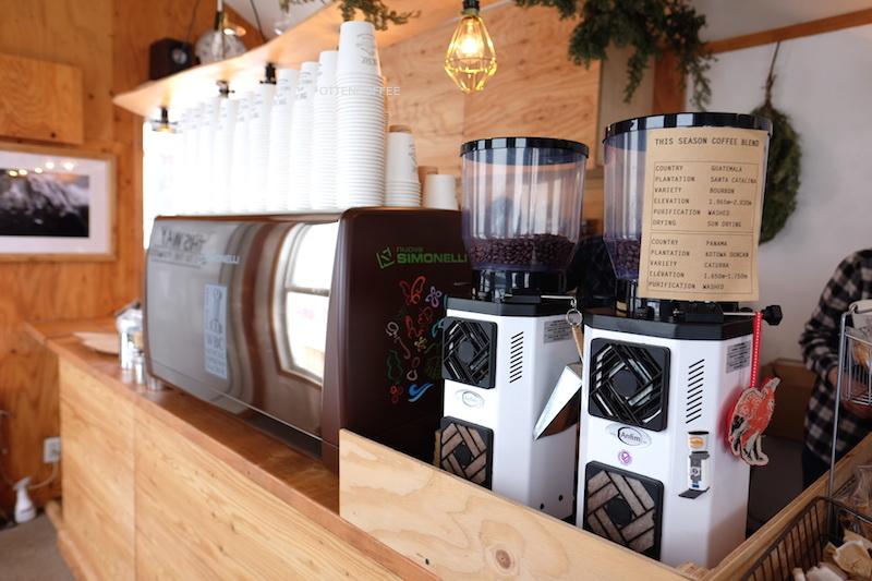 Mesin espresso dan mesin penggiling yang bekerja keras.