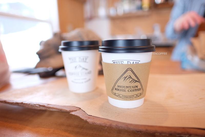 Semua kopi disajikan pada paper cup.