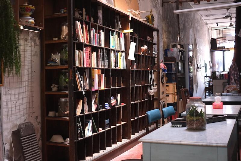 Rak buku yang menjadi salah satu hal favorit saya di sini.