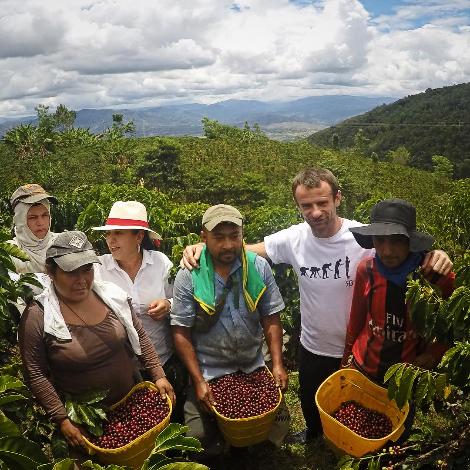 Bersama para petani kopi yang ia cintai.