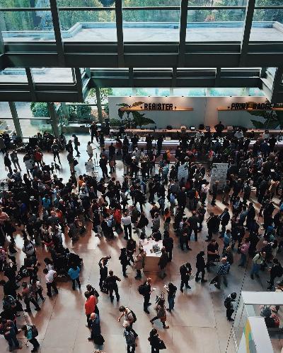 Keramaian yang menggila di hall depan sebelum masuk expo. Foto oleh Theory Collaborative.