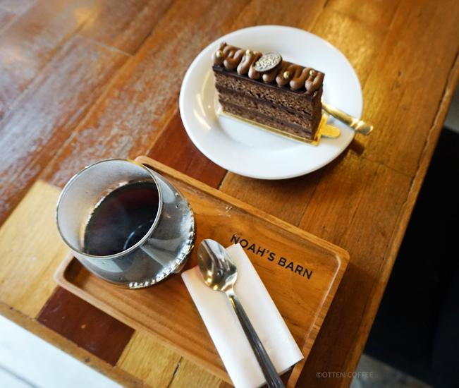 Secangkir kopi Kenya dan sepotong kue coklat adalah jodoh yang pas.