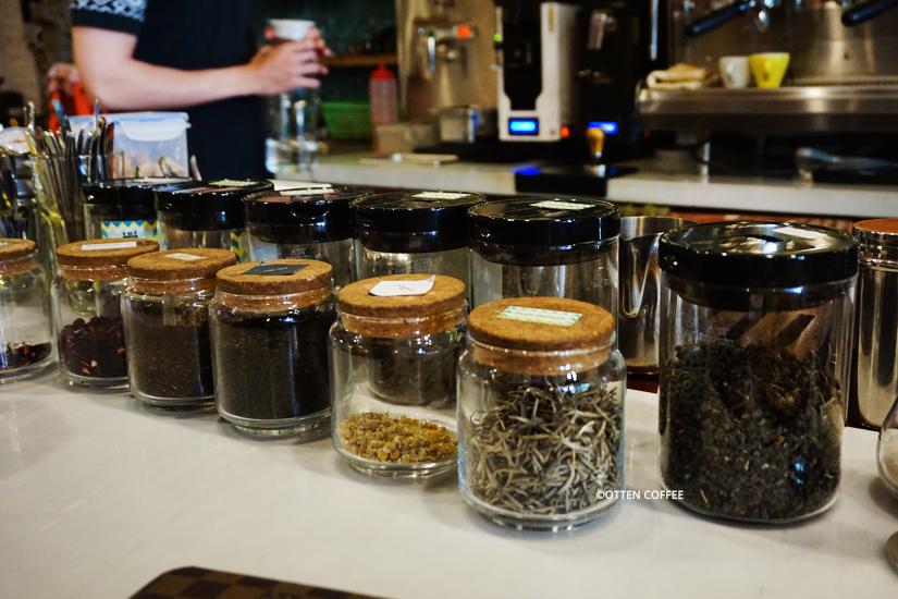 Selain kopi-kopian, mereka juga menjual teh.