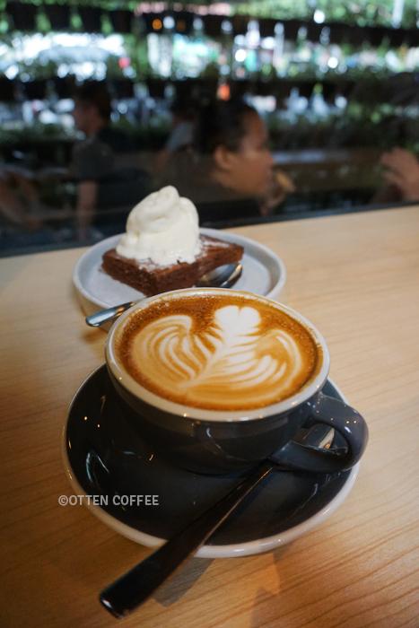 Secangkir latte dan nutella brownies ice cream yang enak sekali.