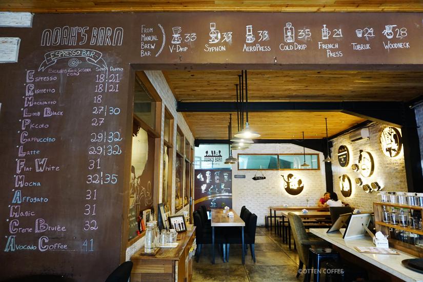 Tidak ada buku menu di sini. Jadi pengunjungnya harus membaca menunya lewat board seperti ini.