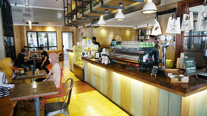 Interior Two Cents yang menawan sebagai coffee shop Bandung favorit